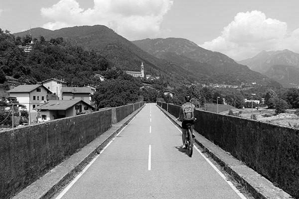 pista-ciclabile-val-brembana-paesaggio_bn