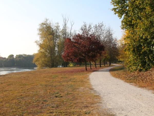 Il percorso lungo il fiume con i colori dell'autunno