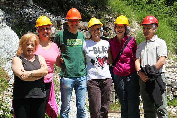 foto di gruppo con guide della miniera della bagnada